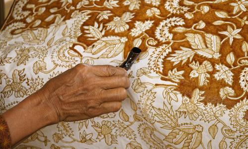 5 bước tạo hoa văn trên vải batik ở Indonesia - ảnh 1