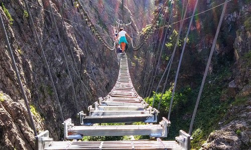 Cầu treo đi bộ dài nhất thế giới làm khách thót tim