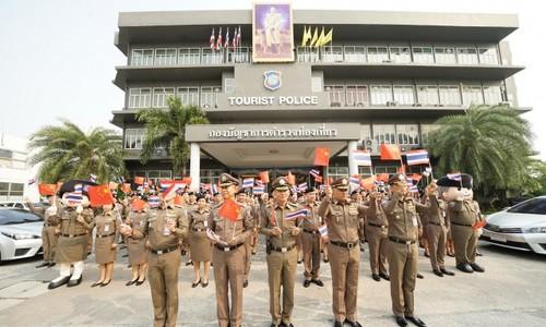 Cảnh sát Thái Lan cổ vũ khách Trung Quốc