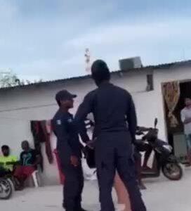 Khách nữ bị bắt vì mặc bikini - ảnh 2