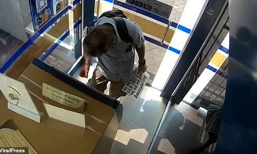 Bị bắt vì bôi nước bọt lên tiền giấy