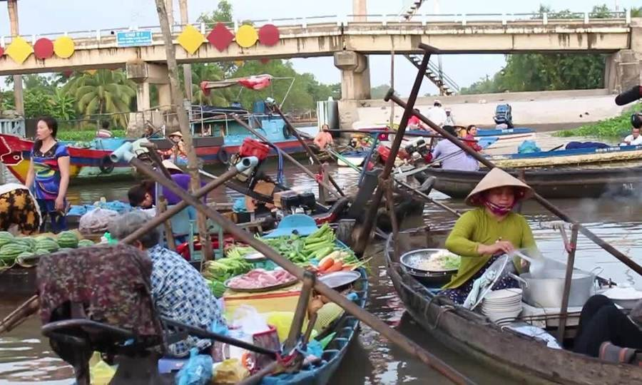 Một sáng ở chợ nổi Phong Điền