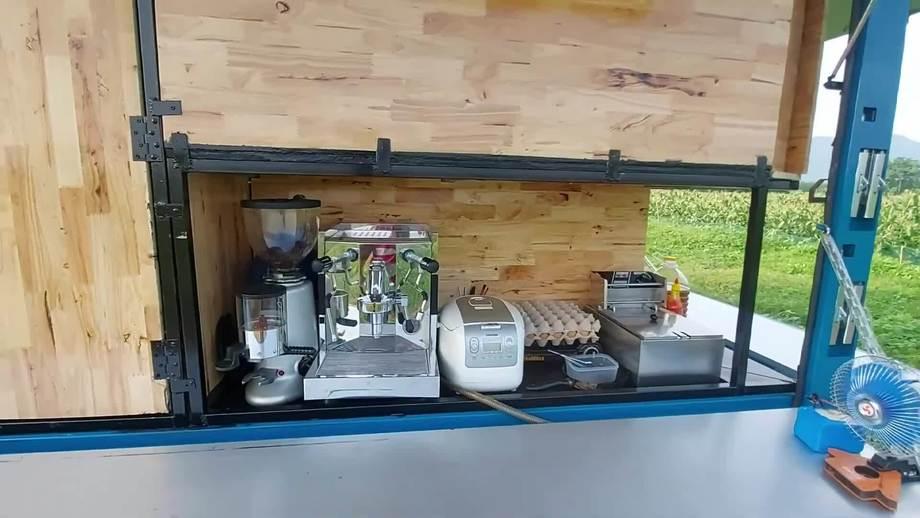 Gia đình đi phượt và bán cà phê trên 'ngôi nhà di động'