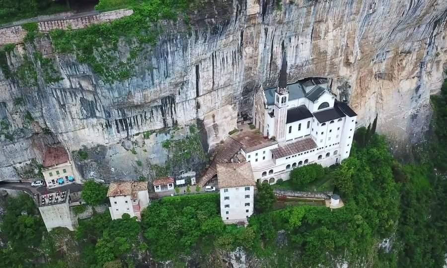 Nhà thờ trên vách đá cao gần 800 m