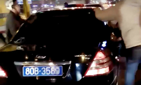 Government car chased down on Hanoi street