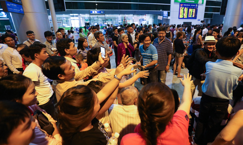 Saigon airport overloaded as families flock to pick up relatives from abroad