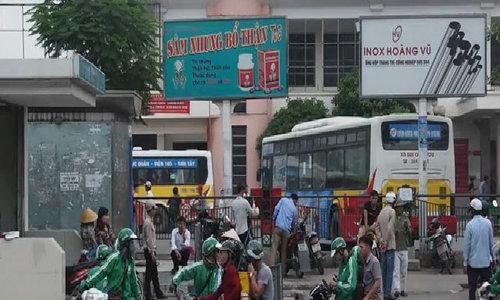 Turf war between Grab crew and motorbike taxis