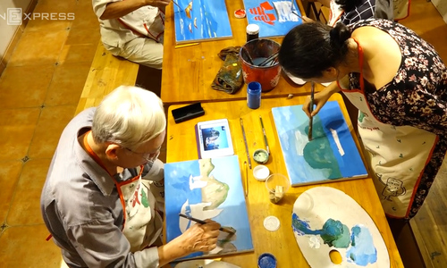 This Hanoi class teaches seniors how to picture moments no digital camera can