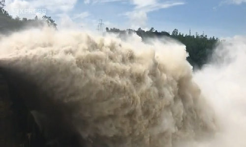 Vietnamese risk life catching breathtaking discharge at Southeast Asia's largest dam