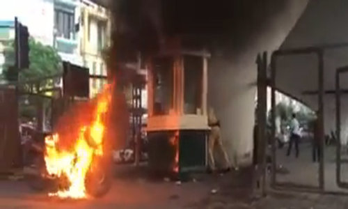 Vietnamese traffic violator burns motorbike after being asked to surrender it to police