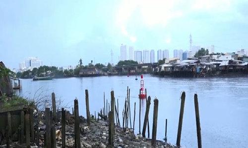 Life falling apart in Saigon slum