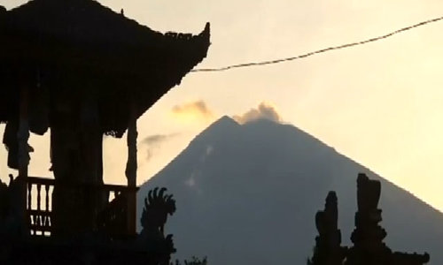 Bali's rumbling volcano spurs more evacuations and travel warnings