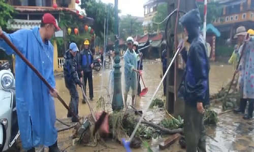 Hoi An left with messes as typhoon water recedes