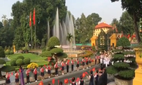 Hanoians wave red flags to welcome Xi's visit