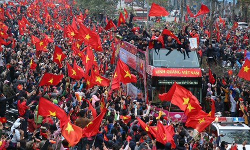 Crowds welcome Vietnam U23 football team home