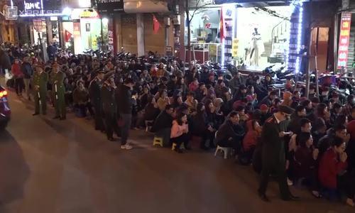 Thousands block Hanoi's main street outside overcrowded pagoda to wish away bad luck