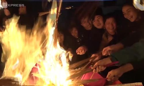 Hanoi villagers on marathon run to bring 'lucky fire' home on new lunar year