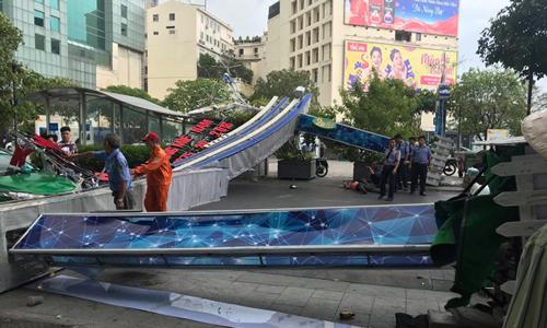 Decoration gate collapses on Saigon walking street, injures one