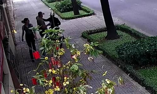 Vietnamese man nabbed for snatching necklace from Russian diplomat on Saigon sidewalk