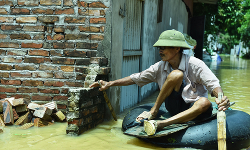 Suburbs remain submerged in Hanoi