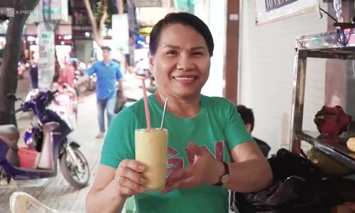 Deaf-mute couple selling smoothie in Saigon for a living for 28 years