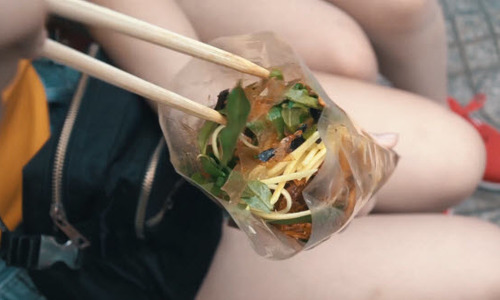 A closer look at rice paper salad, Vietnam's popular street food