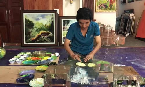 Doan Viet Tien creates a painting after a short finger dance