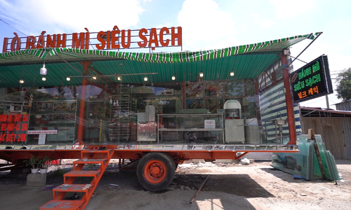 A banh mi that slides to the sidewalk in Saigon