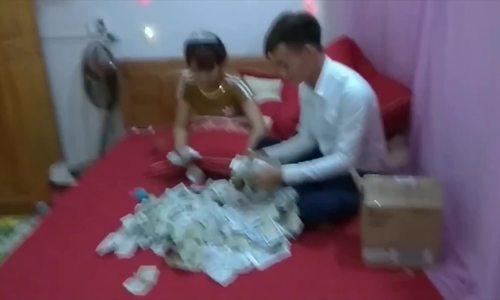Chú rể dở cười dở mếu với 1,4 kg tiền lẻ quà cưới của tụi bạn thân