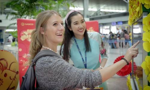 Hành khách nhận quà Tết đến nghìn USD tại sân bay - ảnh 1