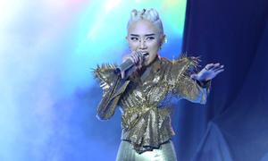 Đội Tóc Tiên hát 'Người đàn bà hóa đá'