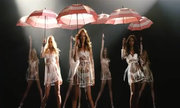 Thiên thần Victoria's Secret nhảy múa với những chiếc ô