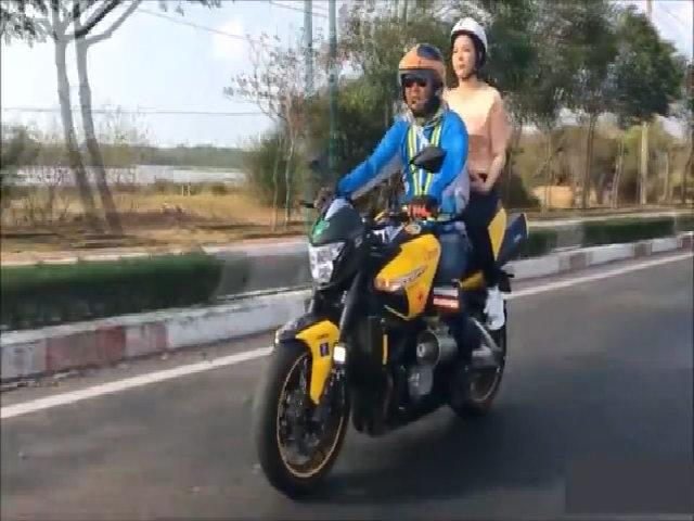 Lý Nhã Kỳ ngồi môtô cổ vũ đua xe đạp