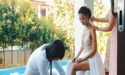 Bố Hà Anh xỏ giày cho con gái trước hôn lễ