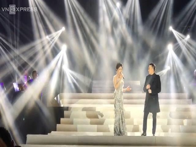 Lệ Quyên và Dương Triệu Vũ tình tứ trên sân khấu