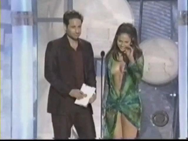 Jennifer Lopez diện đầm hở ngực ở Grammy 2000