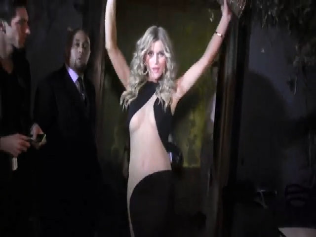 Joanna Krupa phô cơ thể với đầm xẻ từ ngực tới chân