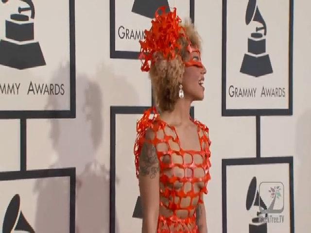 Joy Villa khoe toàn cơ thể với váy lưới