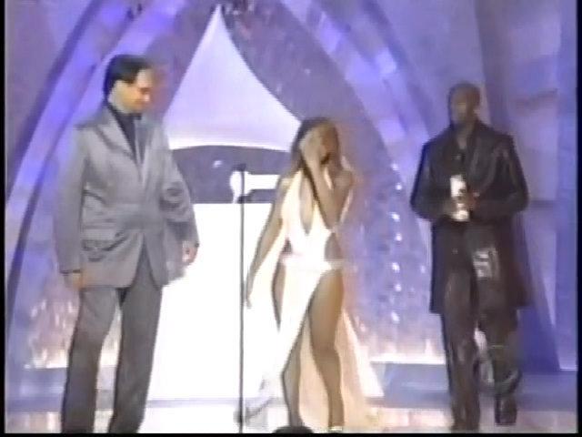 Toni Braxton hở ngực, hở đùi trên sân khấu Grammy 2001