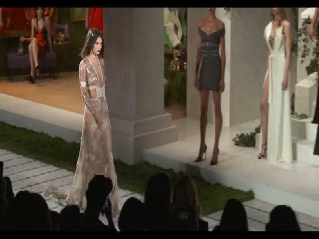 Kendall Jenner khoe cơ thể với váy xuyên thấu