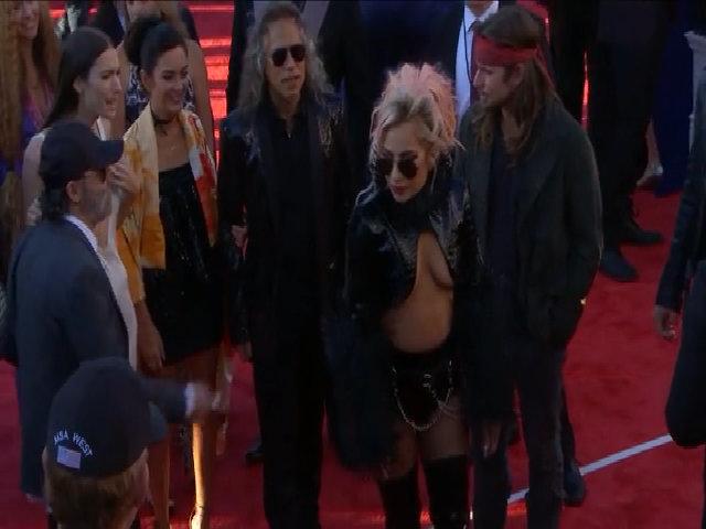 Lady Gaga khoe ngực với áo khoét táo bạo