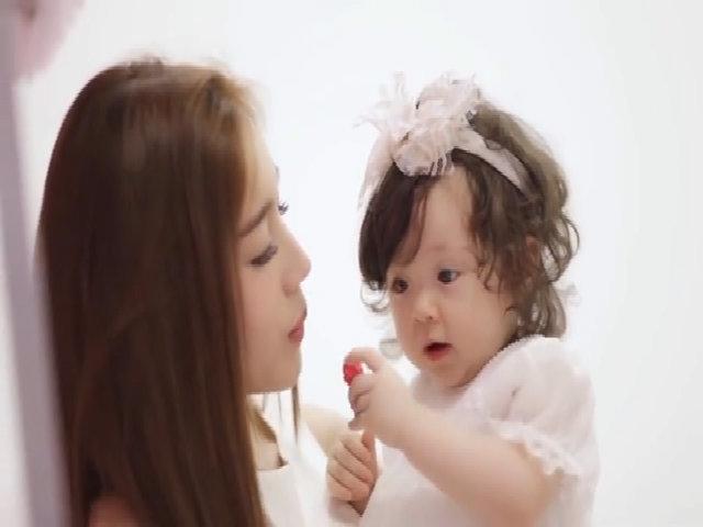 Khoảnh khắc Elly Trần vui đùa cùng con gái trong tiệc sinh nhật