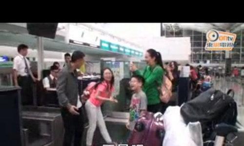 Vo Chan Tu Dan dang anh ban nude khi nghi duong cung chong