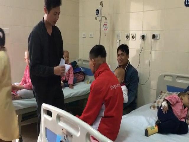 Vợ Trần Lập trao quà tại bệnh viện