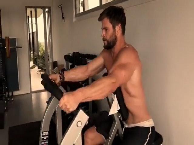 Chris Hemsworth cởi trần khoe cơ bắp, tập luyện cho vai diễn