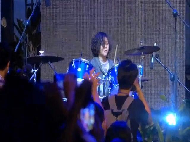 Kelvin Huỳnh Alves làm DJ, chơi trống ở show thời trang
