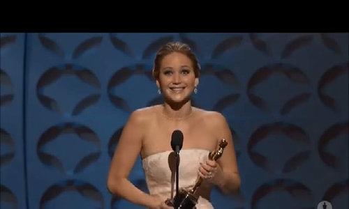 Jennifer Lawrence trong khoảnh khắc nhận Oscar đầu tiên