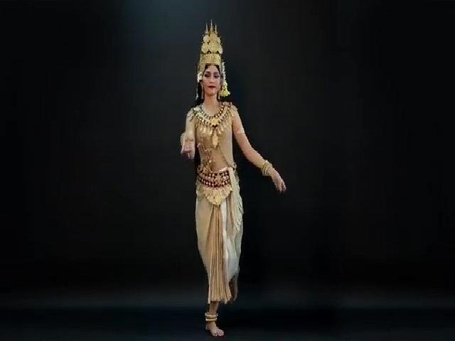 Trương Thị May múa điệu Khmer