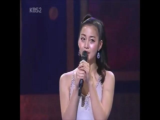 Kim Tae Hee hát trên sân khấu KBS Award 2006
