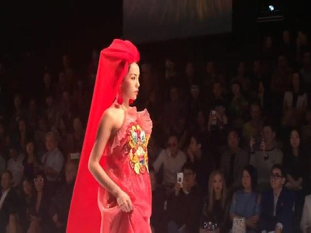 Hoa hậu Kỳ Duyên 'lên đồng' khi làm vedette ở tuần thời trang